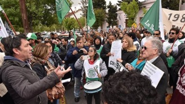 Ayer los gremios de ATE, UPCN y SOYEAP marcharon a Casa de Gobierno para solicitar que se cumpla lo acordado y entregar un petitorio.