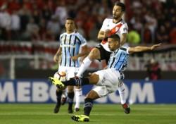 Gremio en el Monumental, le ganó a River 1-0 la semi de ida. Hoy juegan la vuelta en Brasil.