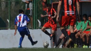 """Lautaro Dimol, zaguero de Independiente, cabecea ante Asdel Evans, arquero de Los Aromos. El """"Rojinegro""""  se aseguró ayer el pase a cuartos."""