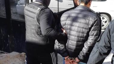 El presunto ladrón es llevado por la Policía al centro de detención.
