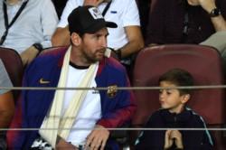 Leo Messi, con un cabestrillo en su brazo, dijo presente en el Camp Nou para ver a su querido Barcelona.