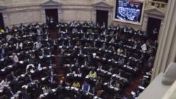 Diputados se enfrentaron por el Presupuesto, con intento de piñas y banderas estadounidenses.
