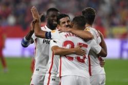 Abrazos para Mercado, tras marcar el sexto y definitivo gol del Sevilla.