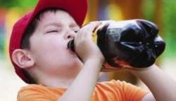 Al mayor le tuvieron que sacar siete dientes podridos por el azúcar, y el segundo casi no habla. (Archivo)