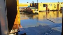 El campamento totalmente inundado de barro y petroleo.