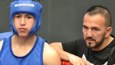 """Los chicos del boxeo chubutense tuvieron en el rincón al """"Huracán"""" Narváez, referente a nivel mundial."""