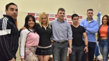El presidente de la Asociación de Fisicoculturismo de Argentina (medio), David Altamirano, visitó Jornada con Marcos Schanz, Fernanda Youglar, Federico Wittenkamp, y varios atletas.
