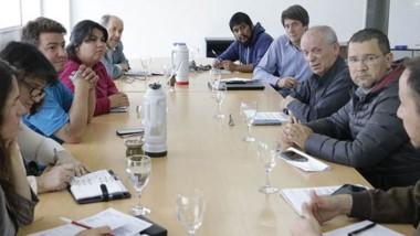 Los funcionarios reunidos con organizaciones sociales.