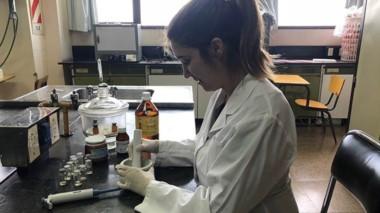 La farmaceutica Cecilia Avila hace su tesis de doctorado sobre cómo mejorar respuesta a antibioticos.
