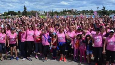 """""""Vestite de rosa"""" fue l a consigna del evento que se realizó ayer en la Laguna Chiquichano. Fue en el marco de prevención del cáncer de mama."""