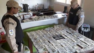 La Prefectura secuestró casi dos millones de dólares y varias armas.