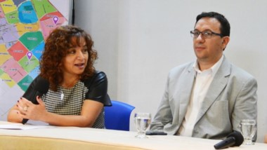 La concejal Marcela Roberts, el intendente Adrián Maderna y la doctora Sofí a Testino en rueda de prensa.