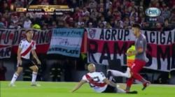 Pinola despejó la pelota y con el envión que llevaba no bajó la pierna y le dio a Martín Benítez. El árbitro dejó seguir y no sancionó.