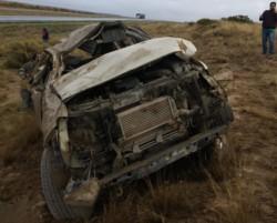 La camioneta quedó a varios metros de la ruta (fotos @BomberosMadryn)