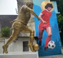 Diego fue homenajeado en su cumpleaños número 58 con su figura esculpida y retratada en la pared. Ambas son las más altas del mundo.