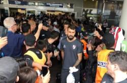 Una multitud de hinchas recibió al plentel de River en Aeroparque.