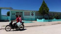 Colegio municipal ubicado en una de las zonas más pobres de la provincia, al que asisten unos 200 alumnos en total, de los cuales la mitad son mujeres.
