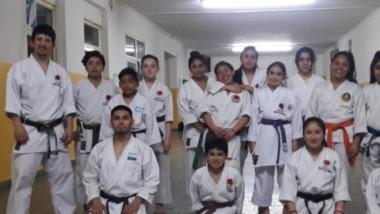 Los chicos de ambas escuelas de Karate de Esquel que viajan hoy para participar del torneo nacional.