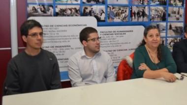 """Miembros de la Facultad de Ciencias Jurídicas y de la Fundación """"Ángeles de Cristal"""", en rueda de prensa."""