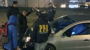 Atrapado. El coche es revisado por los efectivos federales.