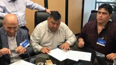 Rúbrica. Una postal de los líderes petroleros firmando una pauta salarial que se revisará en febrero.