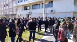 Los alumnos fueron llevados a la plaza detrás del Concejo Deliberante (imagen captura pantalla @c7chubut)