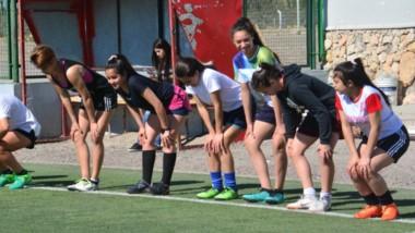 Las seleccionadas tuvieron ayer su primera práctica en césped, luego de la charla técnica del viernes anterior en la Liga del Valle.