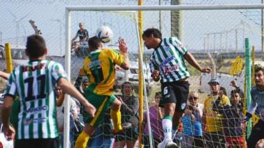 """Peligro en área de Germinal. Carlos Moran y Diego Manrique buscan la pelota en las alturas ante la atenta mirada del arquero """"Oreja"""" López."""