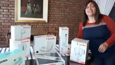 Ayer, Stella Maris Hernández, directora de la Escuela Nº 92, recibió los electrodomésticos donados.
