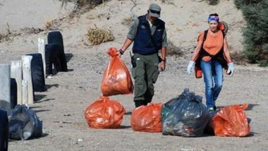 Cada grupo fue acompañado por un guardaparque a un sector de la playa para embolsar residuos.