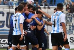 Abrazos para Cepeda. Brown rompió una racha de 7 partidos sin convertir (Copa Argentina y B Nacional).