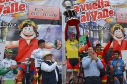 Ciacinti difruta del trofeo ante el aplauso de la gente y las autoridades locales. (Foto: organización de la Vuelta).