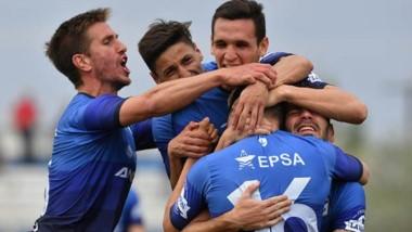 """La """"Banda"""" abrazada. Brown se sacó la mufa y consiguió su primer triunfo en el torneo, venciendo a Atlético Rafaela en Puerto Madryn."""