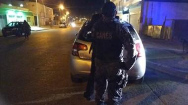 Procedimiento. Personal policial en momentos de corroborar la presencia de sustancias en el rodado.