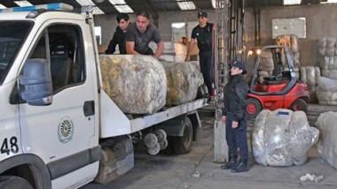Se va. Una postal de los uniformados cargando la lana bajo sospecha, que por ahora quedará secuestrada.