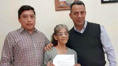 Trío. Aguirre (izquierda), Lucila, la vecina beneficiada, y Castillo.