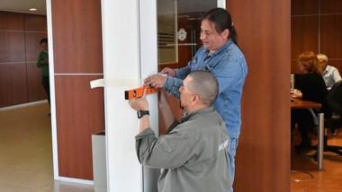 Hombres trabajando. Por falta de presupuesto, en Legislatura deben medir hasta dónde se puede pintar.