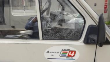 Daño. Así quedó el móvil de Canal 4 de Esquel luego del virulento hecho, arma de fuego de por medio.