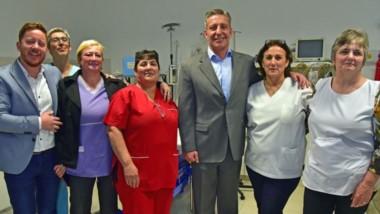 El gobernador y el intendente Dante Bowen junto a las trabajadoras del Hospital Rural de Dolavon.