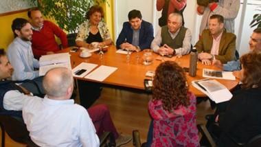 Sonrisas. Ediles y supermercadistas discutieron el proyecto de ordenanza que ingresó el ministro Massoni.