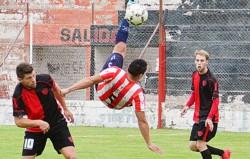 Denis Hidalgo despeja de chilena ante la mirada de Gustavo Schischke, capitán de Gaiman FC. La
