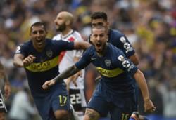 Precioso gesto técnico de Darío Benedetto para marcar de cabeza el 2-1 parcial de Boca.