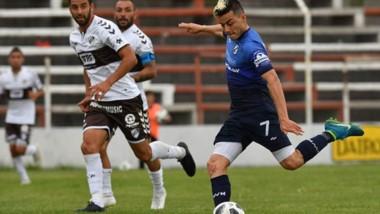 """Lautaro Parisi, delantero de Guillermo Brown, intenta someter a De Olivera, arquero de Platense, en la única jugada de gol de la """"Banda"""" ayer."""