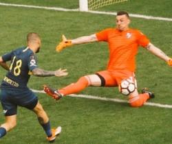 Izquierdoz rozó un tiro libre de Martínez, gol en contra que se transformó en el 2-2 definitivo.