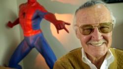 Stan Lee junto a uno de sus
