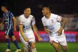 Chávez, de cabeza, y Gamba, de penal, marcaron los goles del triunfo de Huracán.
