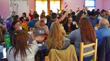Brindis. Los trabajadores de Puelo festejaron el cerrar un año muy difícil con incrementos de salarios.
