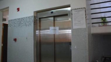 Problemas. Además de los sanitarios, el edificio tiene problemas con el ascensor y decidieron no dar clases.