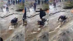 Brett Corbett fue obligado por sus compañeros de clase a tumbarse sobre un arroyo para que una niña no mojarse los pies.