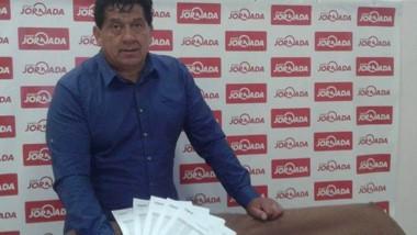 Ricardo Mazulla en Jornada mostrando las sábanas de sus llamadas.
